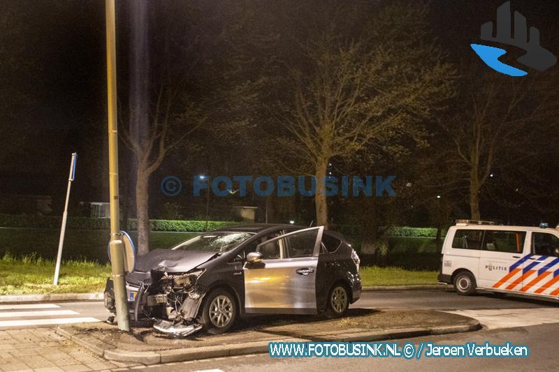 Automobilist klapt op lantaarnpaal aan de Copernicusweg in Dordrecht.