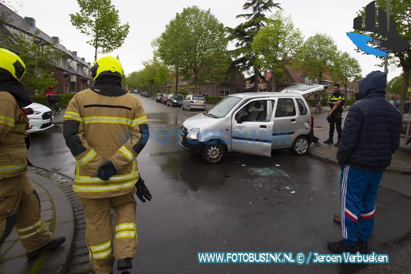 Auto op zijn kant na ongeval aan de Willem Marisstraat in Dordrecht