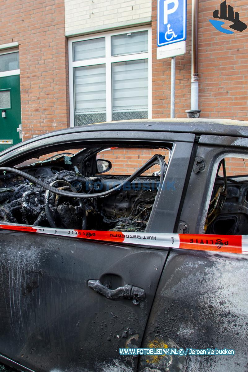 Auto op gehandicaptenparkeerplaats verwoest door brand aan de Heer Heymansuysstraat in Dordrecht.