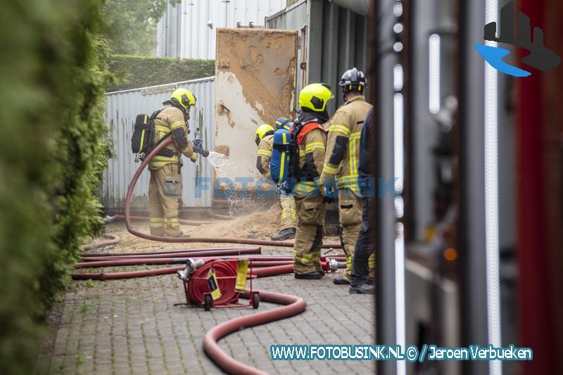 Middelbrand bij bedrijf aan de Veersedijk in Hendrik Ido Ambacht.