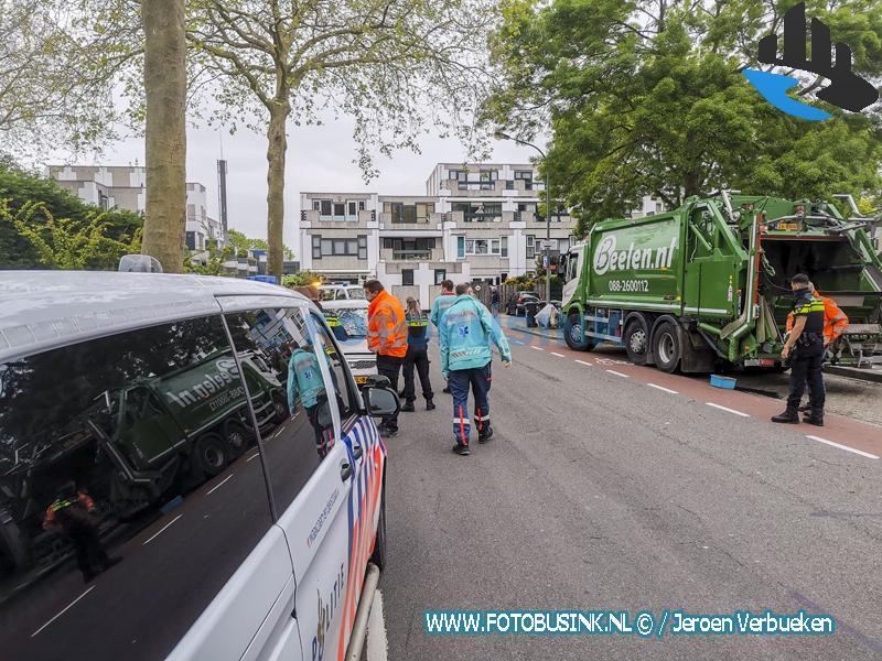 Auto zwaar beschadigd na aanrijding met vuilniswagen aan de Hellenburg in Dordrecht