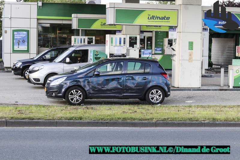 Auto crasht bij benzinestation aan de Ketelweg in Papendrecht.