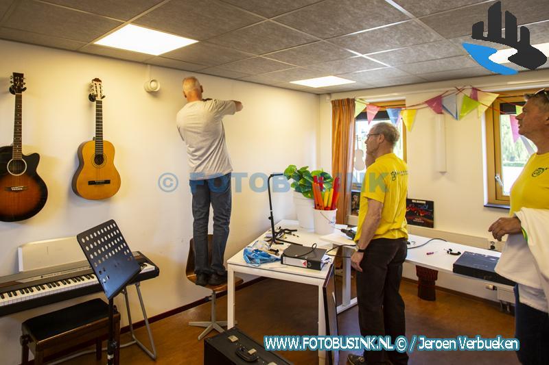 Vrijwilligers NL-doet frissen Ambachtse Muziekschool op.