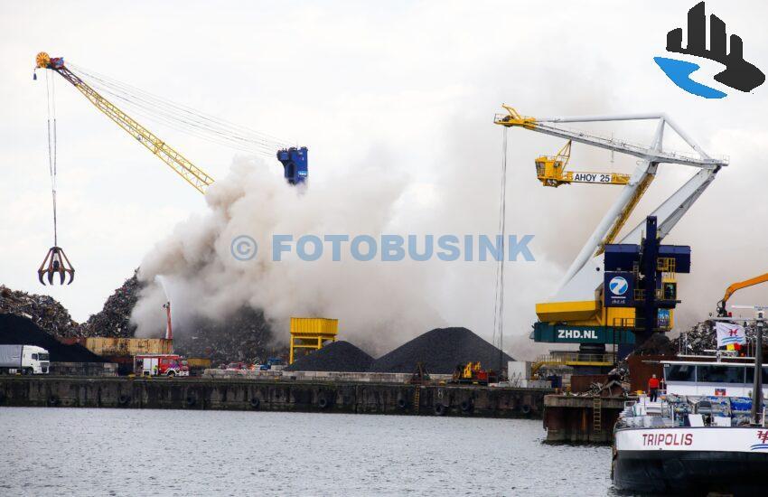 Grip 1 voor schroot in brand aan de 's Gravendeelsedijk in Dordrecht.
