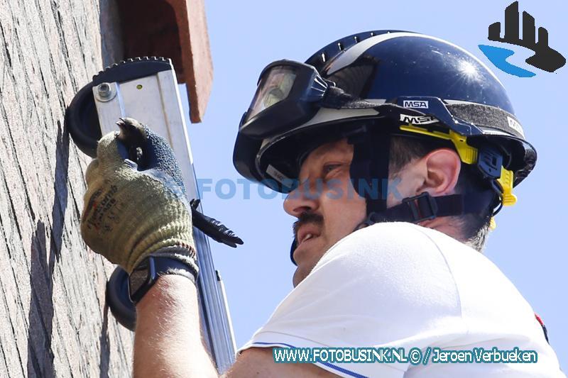 Brandweer redt verstrikte Zwaluw aan de Ring in Hendrik Ido-Ambacht