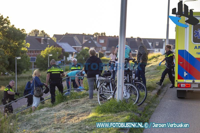 Man zwaar gewond naar ziekenhuis na steekincident aan de Ringdijk in Zwijndrecht. ZWIJNDRECHT - Op zaterdagavond 12 juni 2021 werden de hulpdiensten waaronder het Traumateam opgeroepen voor een steekpartij aan de Ringdijk in Zwijndrecht. Een man was na onenigheid zwaar gewond geraakte door een mes. De politie verrichtte ter plaatse twee aanhoudingen en namen een mes in beslag.