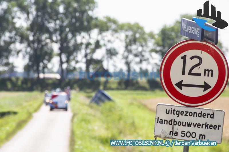 Vrachtwagen rijdt in greppel aan de Meeuwenseweg in Dordrecht