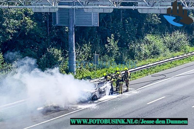 Auto verwoest door brand op de Rijksweg A15