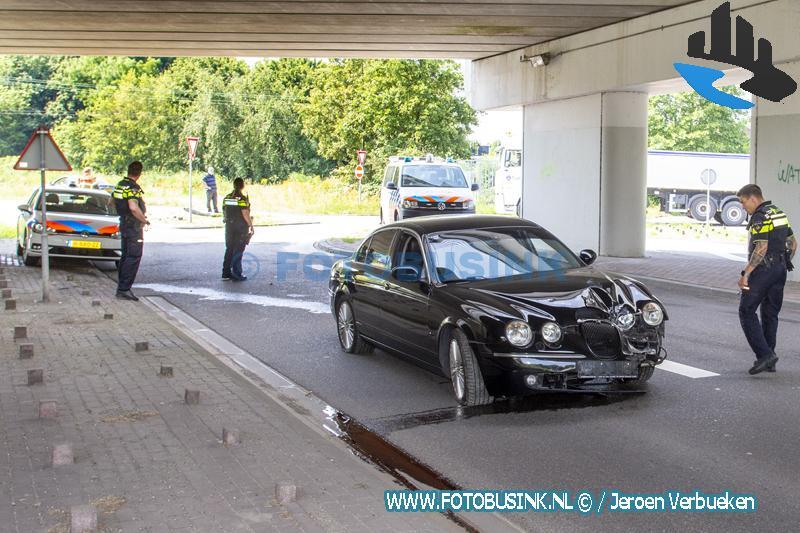 Auto klapt op lantaarnpaal afrit N3 Dordrecht Bestuurder mee naar bureau