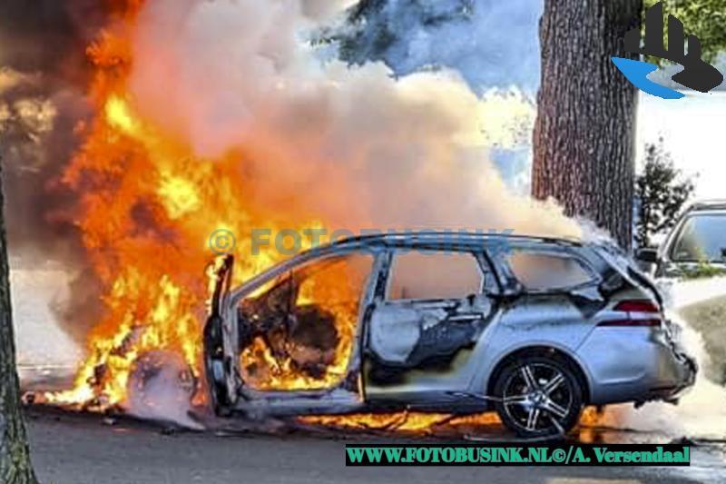 Auto verwoest door brand aan de Rijksstraatweg in Dordrecht