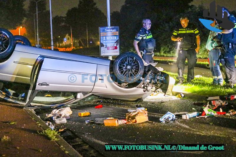 Auto klapt op lantaarnpaal en slaat over de kop aan de Kennedylaan in Papendrecht