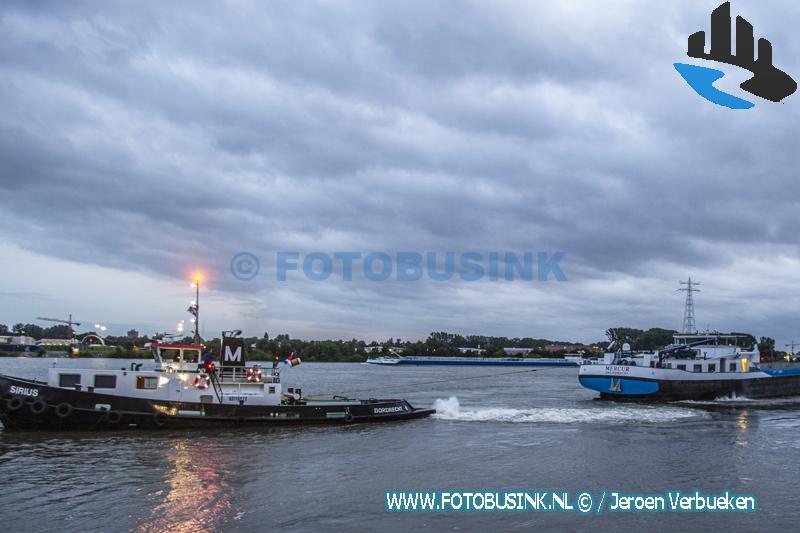 Binnenvaartschip vast op krib op de Beneden Merwede bij Papendrecht