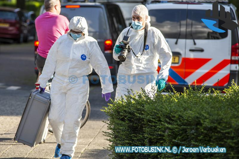 Groot onderzoek na aantreffen mogelijk stoffelijk overschot in auto aan de Aalbersestraat in Dordrecht
