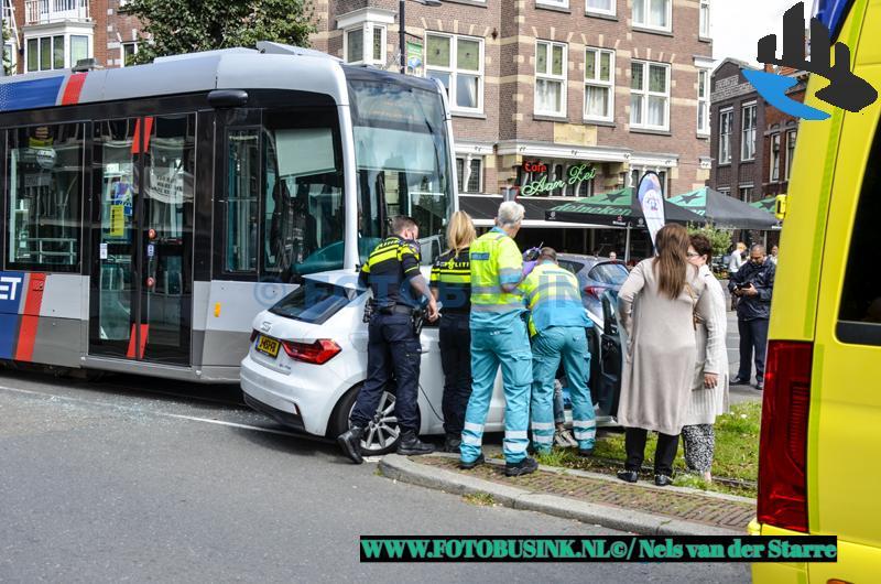 Auto voor tram aan de Schiedamseweg in Rotterdam