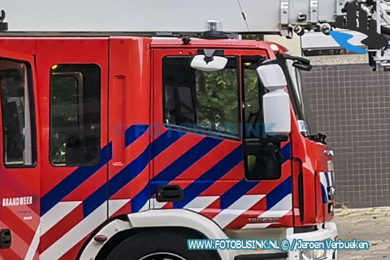 Brandweerlieden in actie voor kat in nood aan de Hooftstraat in Dordrecht