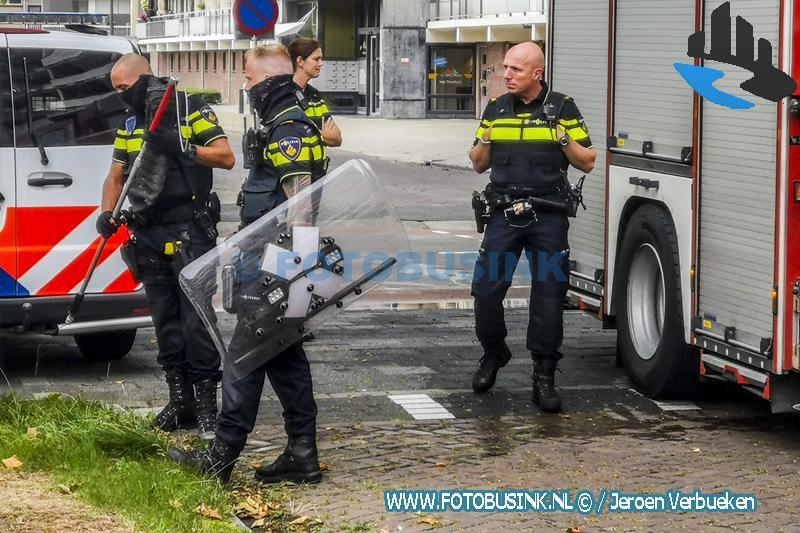 Hondengeleiders van de politie halenhond uit woning na brand aan de Blaauwweg in Dordrecht