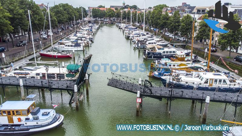 Deel van Lange IJzeren Brug in binnenstad van Dordrecht valt naar beneden