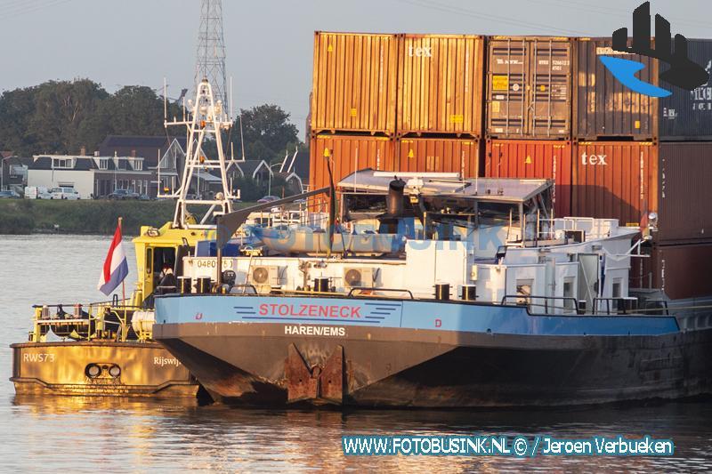 Duits containerschip botst met stuurhut tegen brug over de Noord