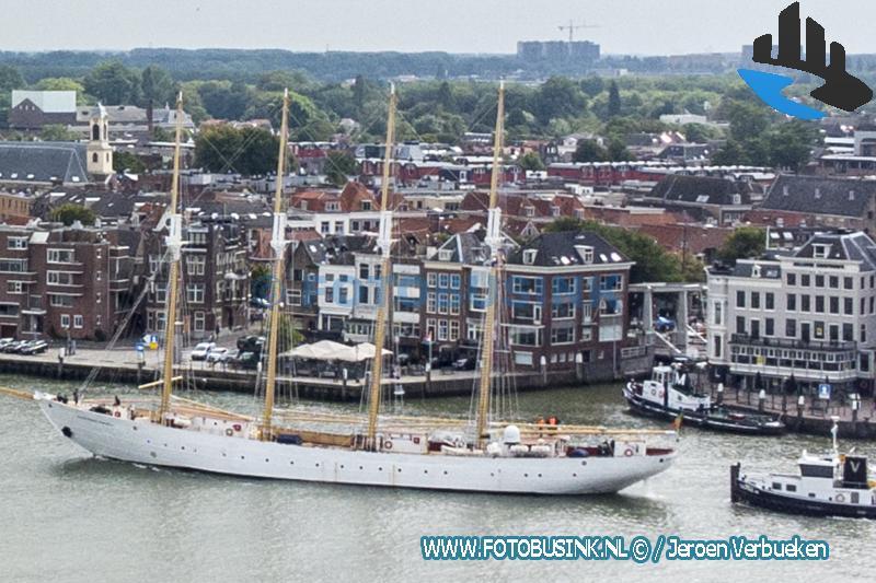 Viermaster de Santa Maria Manuela passeert Dordrecht