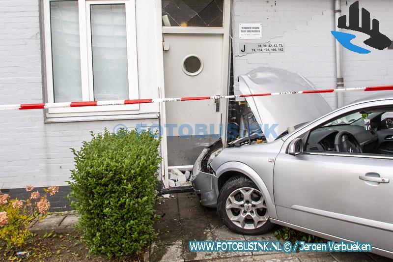Auto ramt wooncomplex aan de Eisingahof in Dordrecht