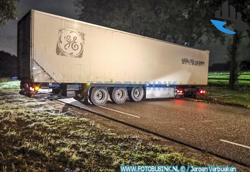 Vrachtwagen vast op de Laan van Nieuw Groenhove in Dordrecht