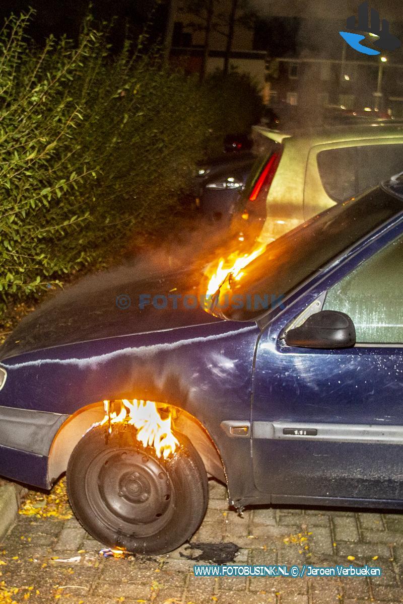 Auto in brand gestoken aan het Marisplein in Dordrecht