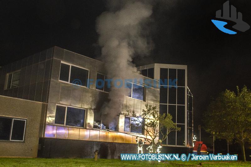 Brandweerman gewond bij uitslaande brand in Moerdijk